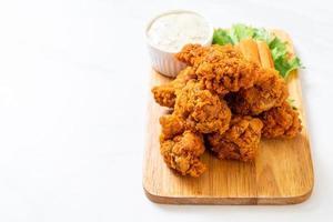 alitas de pollo picante frito con vegetales foto