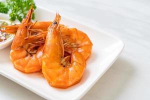 camarones salados al horno o langostinos con salsa picante de mariscos - estilo mariscos foto