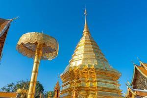 Hermoso monte dorado en el templo de Wat Phra That Doi Suthep en Chiang Mai, Tailandia foto