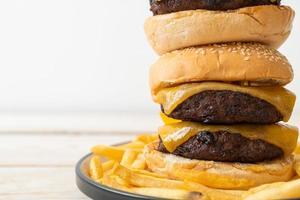 hamburguesas de hamburguesa o de ternera con queso - estilo de comida poco saludable foto