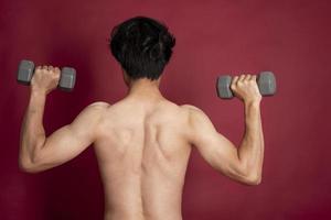 hombre fitness sobre fondo rojo foto