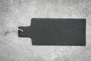 pizarra sobre fondo de piedra negra foto