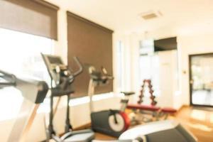 Desenfoque abstracto y desenfoque de equipos de fitness y gimnasio interior foto