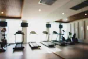 Desenfoque abstracto y equipo de fitness desenfocado en el interior del gimnasio foto