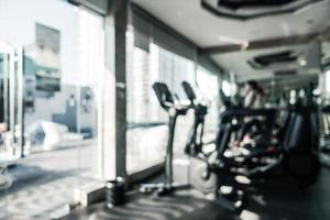 Desenfoque abstracto interior de gimnasio y equipo de fitness desenfocado foto