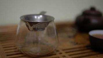 man giet thee in de chahai door een zeef video