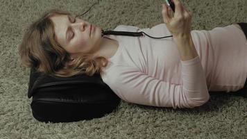 une femme utilise un massage video