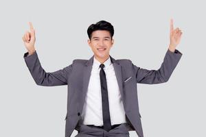 retrato, joven, asiático, hombre de negocios, señalar, y, presentación, aislado, blanco, plano de fondo, publicidad y marketing, ejecutivo, y, gerente, macho, confiado, actuación, éxito, expresión, y, emoción. foto