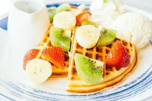 mezcla de frutas sobre panqueques y helado foto