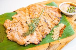 carne de cuello a la parrilla cerdo con salsa picante foto