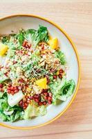 Pollo a la parrilla con verduras y granada, ensalada de frutas en placa - procesamiento de filtro de color foto