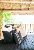 almohada decora en el sofá en la terraza del balcón foto