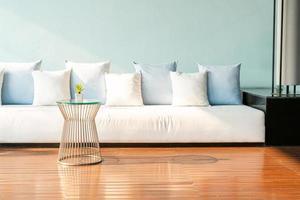Hermosa y cómoda decoración de almohadas en el sofá. foto