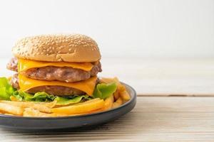 hamburguesa de cerdo o hamburguesa de cerdo con queso y patatas fritas foto