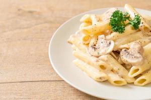 pasta penne salsa de crema carbonara con champiñones - estilo de comida italiana foto