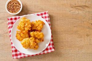 maíz frito con salsa - estilo de comida vegana y vegetariana foto