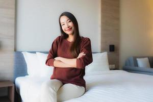 retrato, hermoso, joven, mujeres asiáticas, feliz, sonrisa, relajante, cama foto