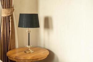hermosa decoración de la lámpara en la mesa de madera foto