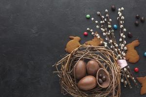 Vista superior del nido de huevos de pascua de chocolate con espacio de copia de dulces. concepto de foto hermosa de alta calidad