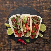 vista superior comida mexicana fresca con limón. concepto de foto hermosa de alta calidad