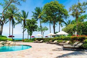 Piscina de la cama alrededor de la piscina en el hotel resort - vacaciones y concepto de vacaciones foto
