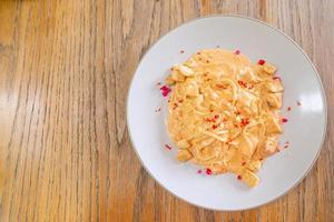 salsa de crema de salmón y espaguetis - estilo de comida italiana foto