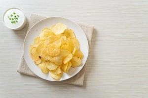 papas fritas con salsa de crema agria foto