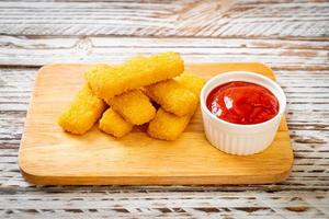 dedos de pescado frito crujiente con salsa de tomate foto