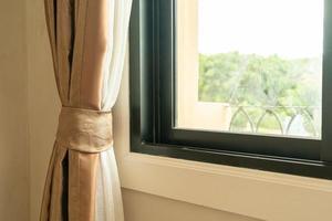 Cortina de primer plano con la luz del sol desde la ventana foto