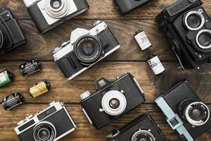 pequeños cartuchos de película en medio de cámaras. concepto de foto hermosa de alta calidad