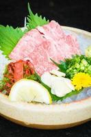 sashimi de carne cruda y fresca matsusaka foto