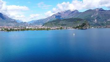 vliegen over het Gardameer in Italië video