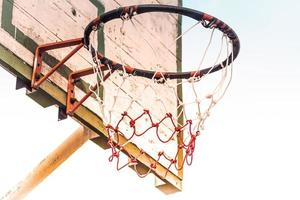 Aro de baloncesto vintage antiguo aislar fondo blanco. foto