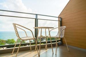 hermoso patio al aire libre con silla y mesa foto