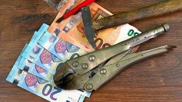 houten tafel met uitrustingsstukken en eurobankbiljetten video