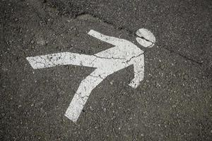 señal peatonal sobre el asfalto foto