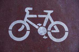 señal de bicicleta en el asfalto foto