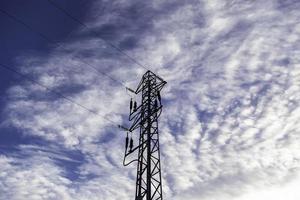 torre de alta tensión con cielo foto