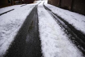 marcas de ruedas en la nieve foto