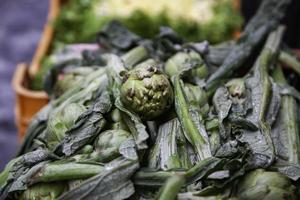alcachofas en un mercado foto