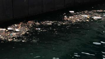 Plastikmüll fließt ins Meer und gefährdet die Umwelt video