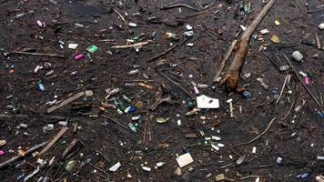resíduos de plástico flutuando no stream de vídeo 4k video