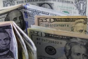 enfoque a los billetes de dólar americano de diferente denominación foto