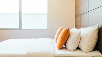 almohada cómoda en la cama foto