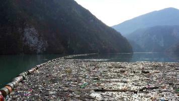 rio poluído devido a resíduos de danos ambientais video