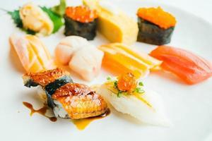 Sushi nigiri crudo y fresco en placa blanca. foto