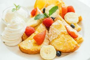 panqueques y tostadas de pan con frutas variadas foto
