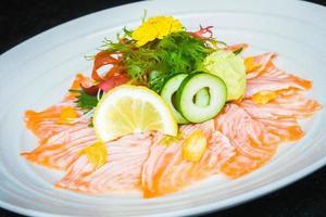 carpaccio de salmón en plato blanco foto