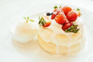 panqueque con helado de fresa, arándano y frambuesa foto