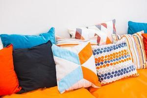 almohada en el sofá foto